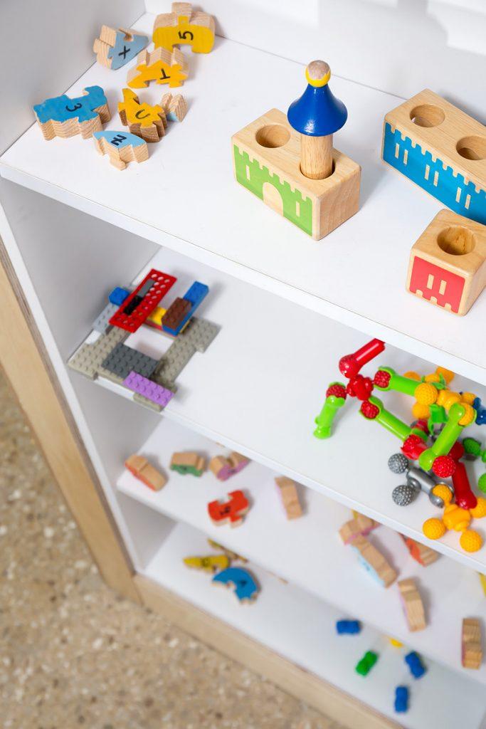 תצוגה של עבודות שהילדים הכינו מחומרים שונים