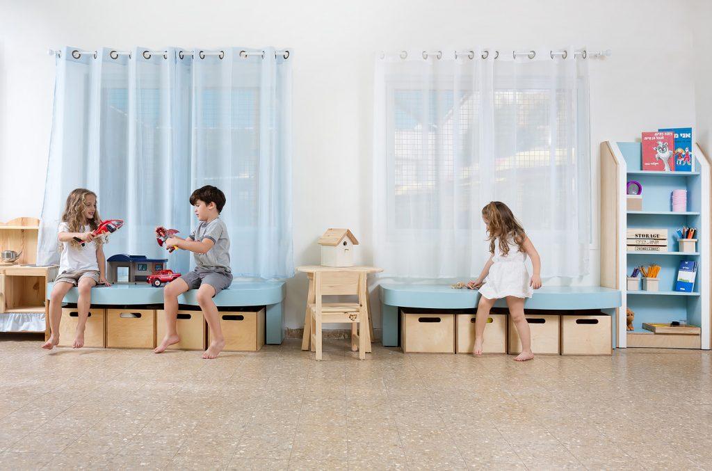ספסלי משחק וקריאה המשלבים אחסון נגיש