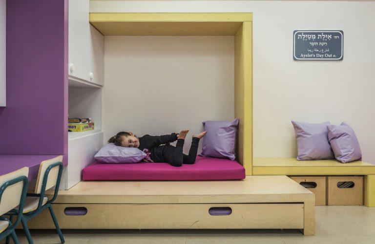מקום שקט למנוחה הכולל אחסון ייעודי למזרונים
