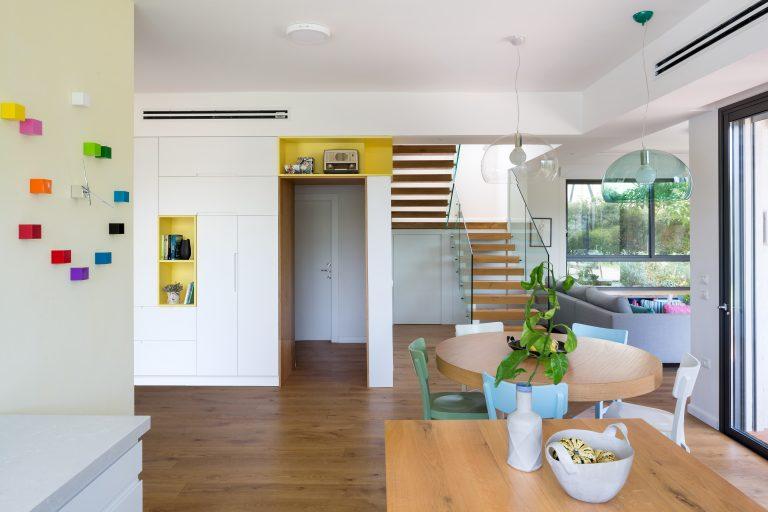 מבט אל המדרגות מכיוון המטבח