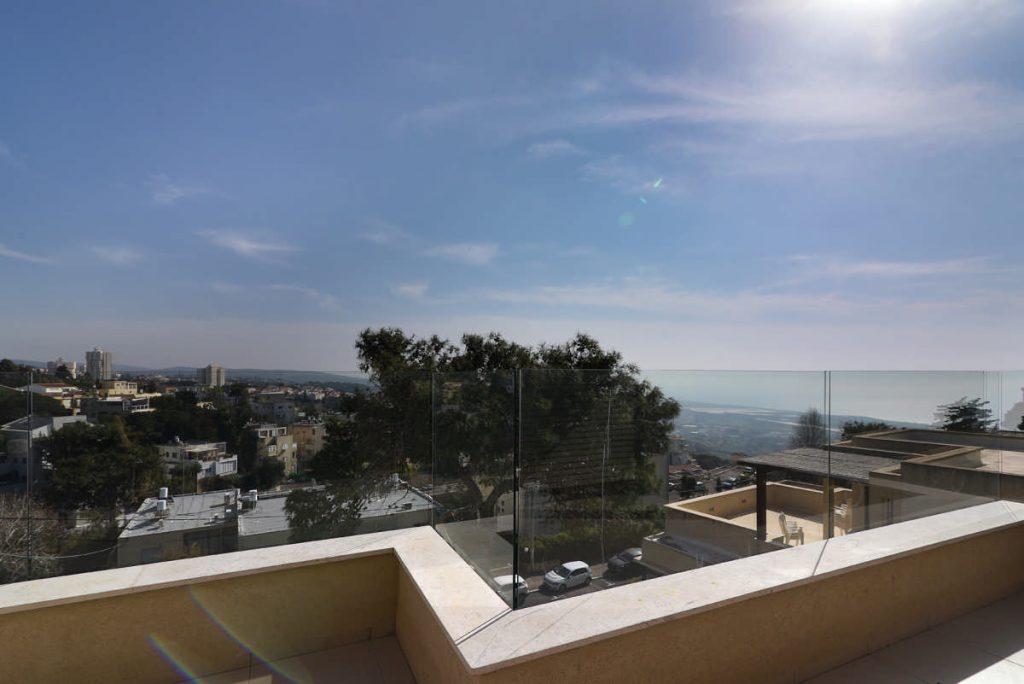 מבט מהמרפסת בקומה העליונה לכיוון הים