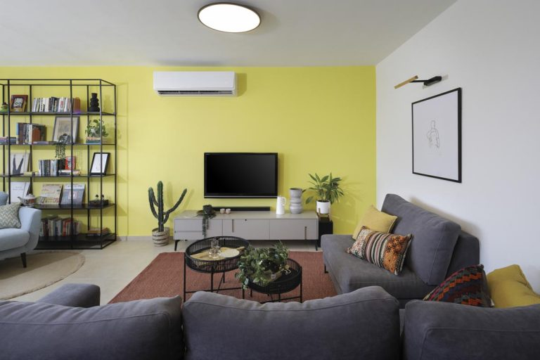 קיר כוח צהוב בסלון