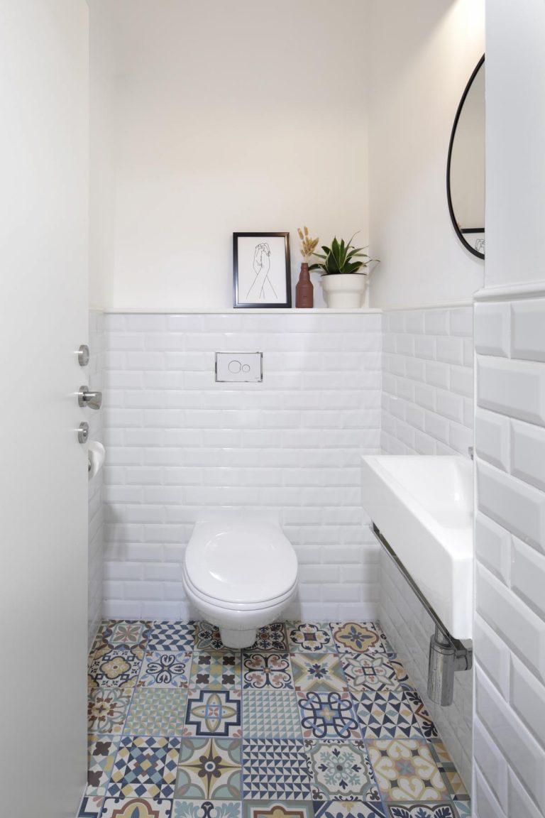 אדר' לילך פלד מעצבת חדר שירותי אורחים צבעוני