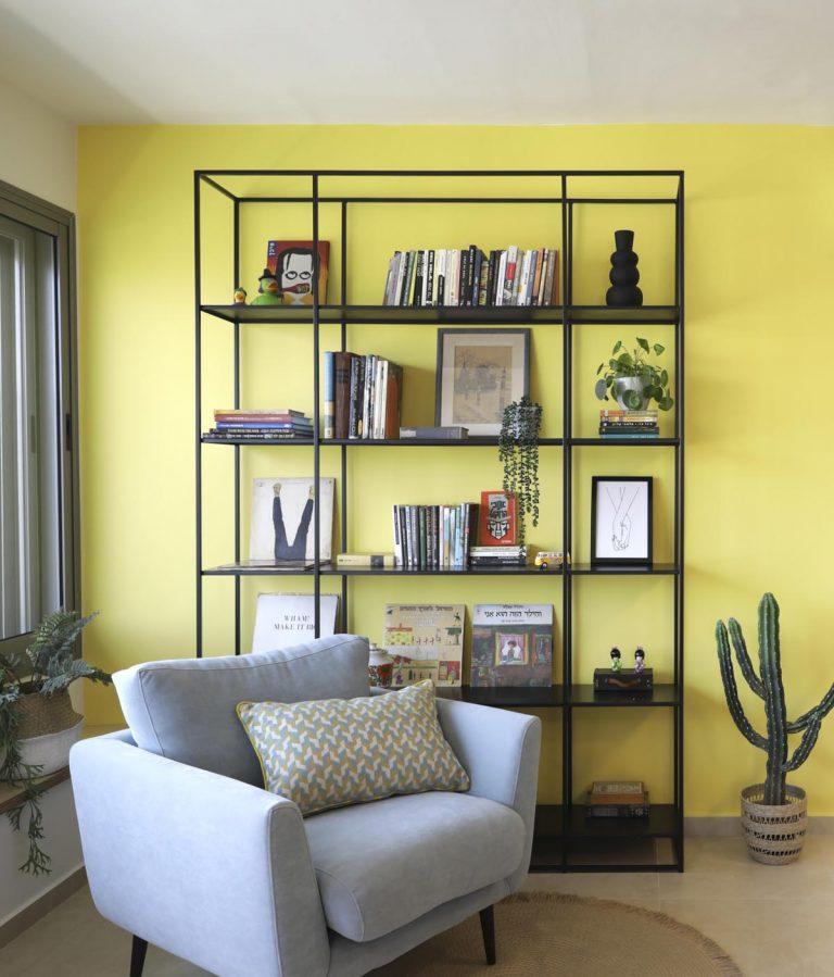 אדר' לילך פלד עושה שימוש בצבע צהוב בעיצוב הסלון